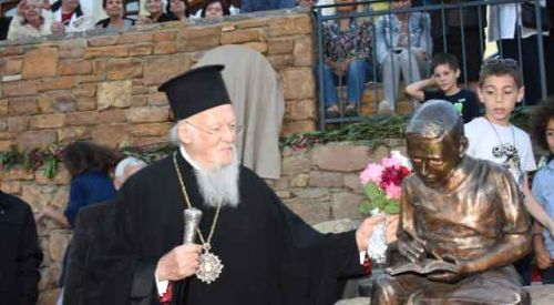 Fener Rum Patriği Bartholomeos'un okuduğu ilkokula heykeli yaptırıldı