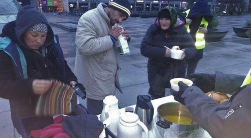 İsveç'te evsizlere camide gıda ve giysi yardımı