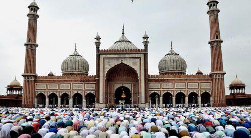 Hindistan'da açık alanda namaz kılan Müslümanlara uyarı