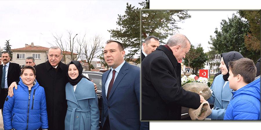 Batı Trakyalı Elif Salih Edirne'de Cumhurbaşkanı Erdoğan'ı çiçeklerle karşıladı