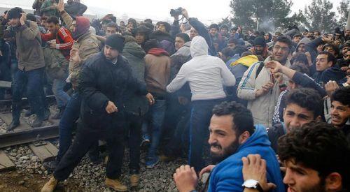 Selanik'te göçmenlerle polis arasında çatışma