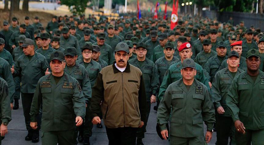 Maduro askerlerle yürüyerek gövde gösterisi yaptı
