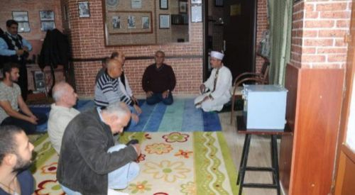 Οι Τούρκοι της Δυτικής Θράκης στη Θεσσαλονίκη λόγω των κλειστών τζαμιών κάνουν την προσευχή τους στη λέσχη του συλλόγου