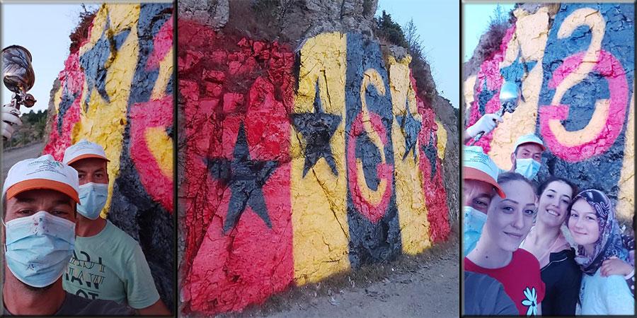 Hebilköy'ün Cimbomlu gençleri taşları sarı kırmızıya boyadı
