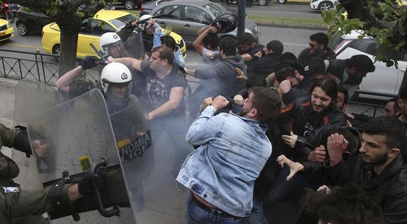 Atina karıştı: Öğrenciler polis ile çatıştı