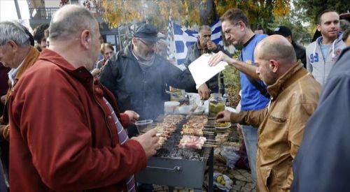 Selanik'te İslam düşmanlarından Müslüman göçmenlere 'domuz etli' protesto