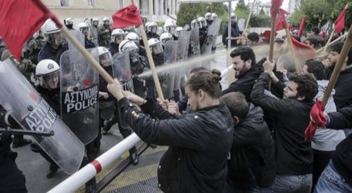Atina'da üniversite öğrencileri polisle çatıştı