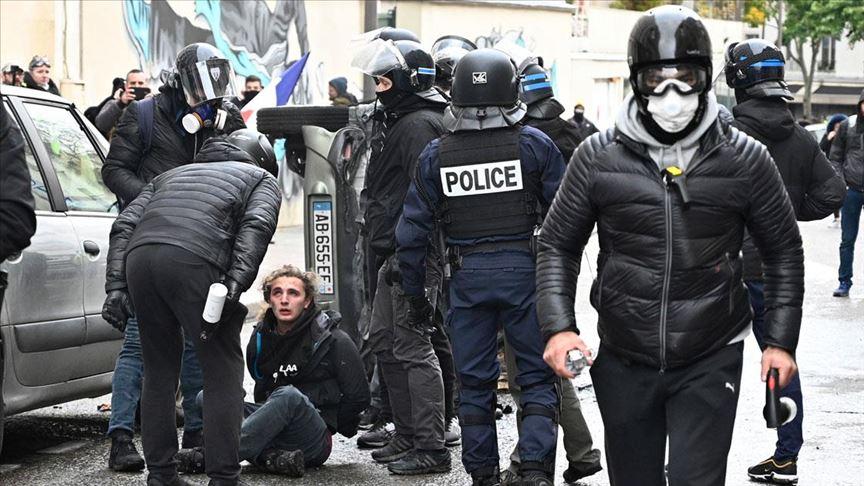 Fransa'da sarı yeleklilerin gösterilerinde 254 kişi gözaltına alındı