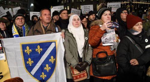Bosna soykırımı inkar eden Handke'ye Nobel Ödülü verilmesine İsveç'te protesto