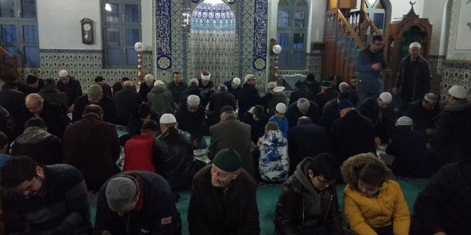 Kırmahalle Camii'nde sabah namazında saflar çocuklarla sıklaştı