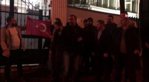 Ankara'da Yunanistan Büyükelçiliği önünde 'bayrak' protestosu