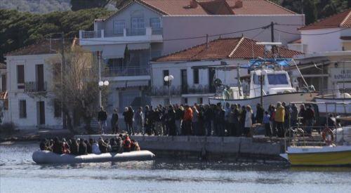 Midilli: Irkçılar mültecilerin karaya çıkışını engelleyip gazetecilere saldırdı