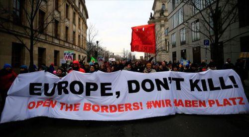 Almanya'da binlerce kişi AB sınırlarının sığınmacılara açılması için yürüdü