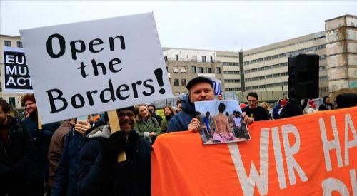 Merkel ile Miçotakis, sığınmacı politikası sebebiyle protesto edildi