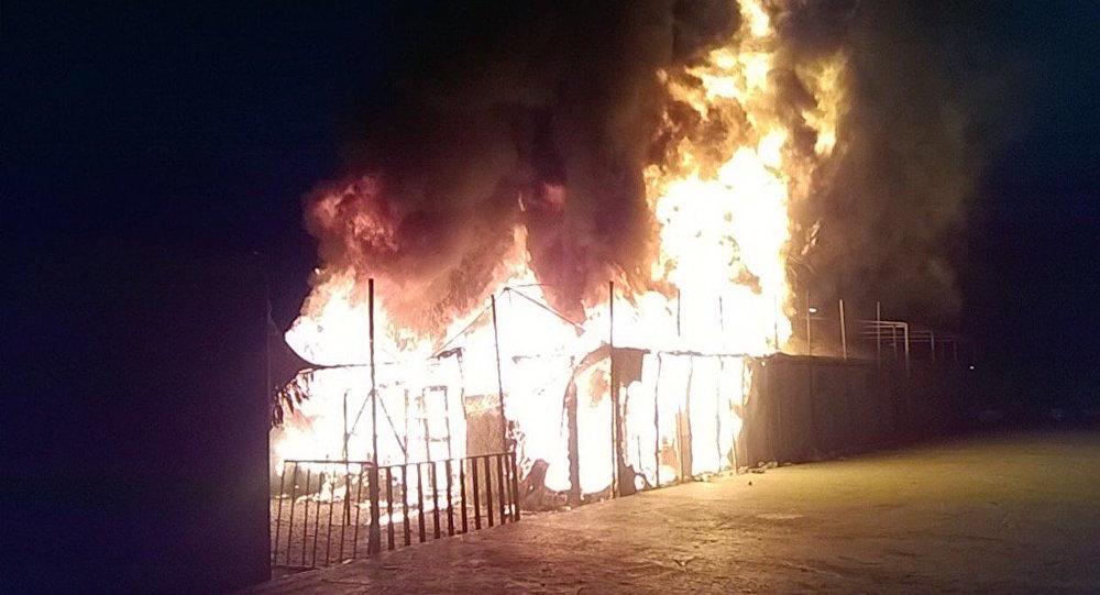 Midilli'deki sığınmacı kampında çıkan yangında bir çocuk öldü