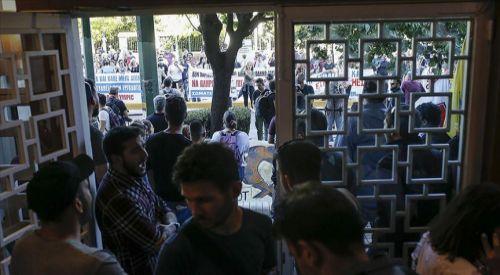 Koronavirüs önlemlerini protesto eden çalışanlar bakanlığa girdi