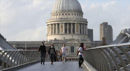 İngiltere'de 'karantina tedbirlerinin erken alınması ölümleri yarıya indirebilirdi' iddiası