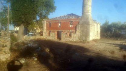 Harabe durumdaki Hemitli Camii'nin avlusu temizlendi