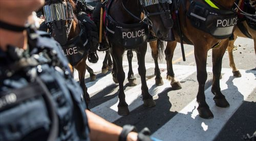 Atlı polislerin kelepçeyle arkalarında yürüttüğü siyahiden 1 milyon dolarlık dava