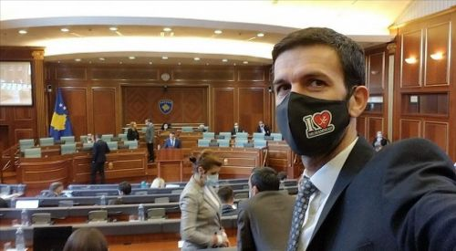 Kosova milletvekili 'I Love Muhammed' yazılı maskeyle Meclis oturumuna katıldı