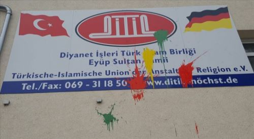 Almanya'da iki camiden birinin duvarına boya atıldı, diğerinde hırsızlık girişimi oldu