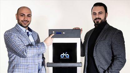 Almanya'da Türk gençleri dokunmatik ekranlarda Kovid-19'u yok eden cihaz geliştirdi