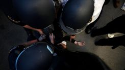 ABD: Tutuklanırken boynuna baskı uygulanan adam hayatını kaybetti
