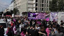Atina'da kadın ve erkekler sokaklara döküldü