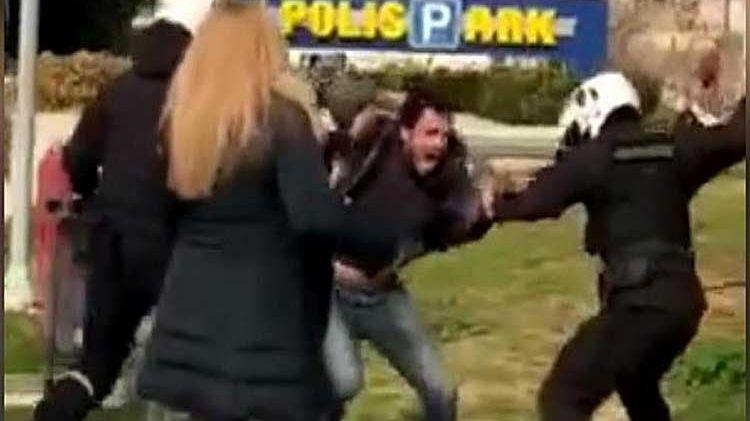 Atina'da polis şiddetine karşı tepkiler büyüyor
