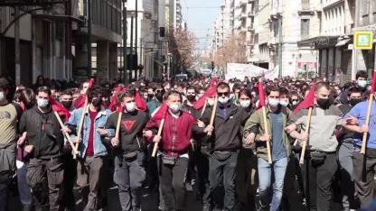 Atina'da öğrenciler hükümeti protesto etmek için yürüdü