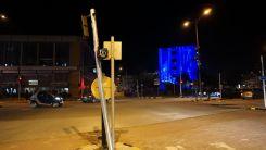 Gümülcine merkezde bir araç trafik ışıklarının direğine çarptı