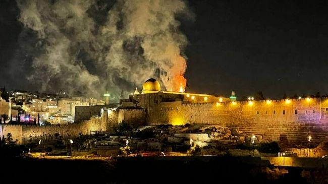 Katil İsrail yeniden Mescid-i Aksa'daki cemaate saldırdı