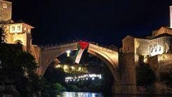 Bosna Hersek'teki tarihi Mostar Köprüsü'ne Filistin bayrağı asıldı