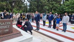 Bakan Çavuşoğlu Dr. Sadık Ahmet'in kabrini ziyaret etti