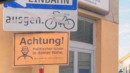Avusturya'da camilere ırkçı levhalar asıldı