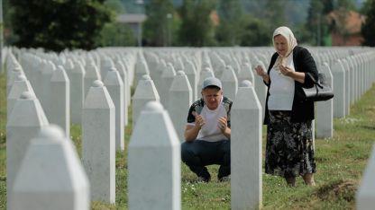 Srebrenitsalı aileler evlatlarının mezarı başında dua ediyor