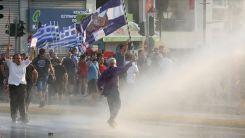 Atina'da aşı karşıtları polisle çatıştı