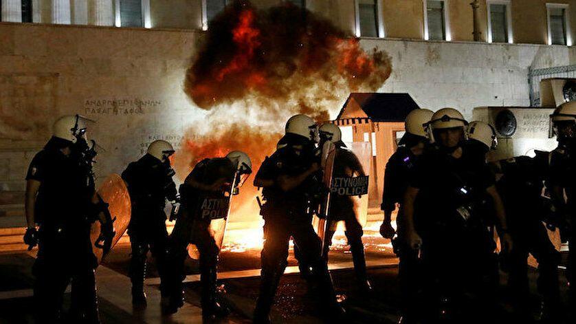 Atina'da aşı zorunluluğunu protesto edenler polisle çatıştı