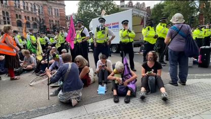 İngiltere'de eylem başlatan çevreci grup 2019'daki gösterilerde sokaklarda 120 ton çöp bırakmış