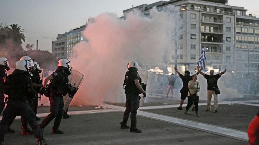 Atina'da zorunlu aşı politikasını protesto eden gençlerle polis çatıştı