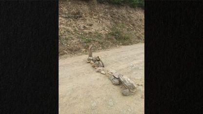 Göçmenler yolda taşlarla tuzak kurdular