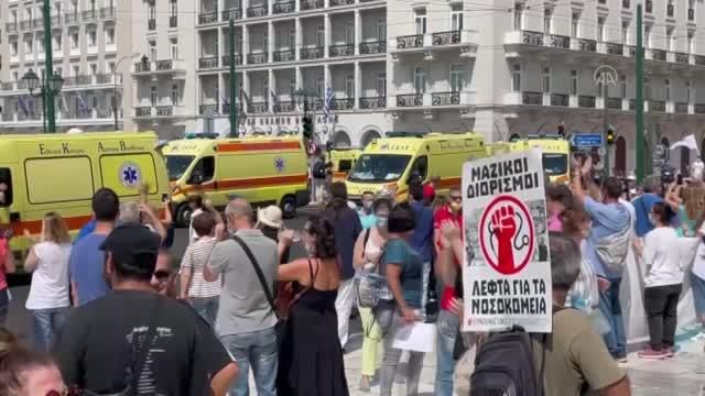 """Sağlık çalışanlarının zorunlu aşılanmasına karşı """"ambulanslı"""" protesto"""