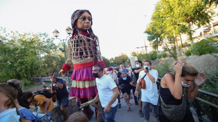 Irkçı Yunanlar, sığınmacı çocuğun kuklasına bile tahammül edemediler