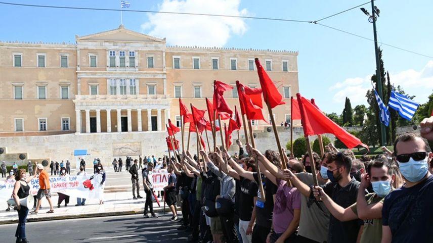 Yunanistan'da öğrenciler üniversitelerin açılması için sokaklara döküldü