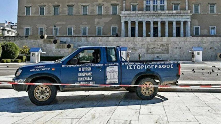"""Meclisin önüne """"Yunanistan'ı Türkiye yönetiyor"""" yazılı araç bırakıldı"""