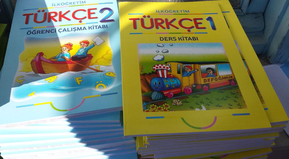 İlkokul öğrencileri nihayet Türkçe ders kitaplarına kavuştular