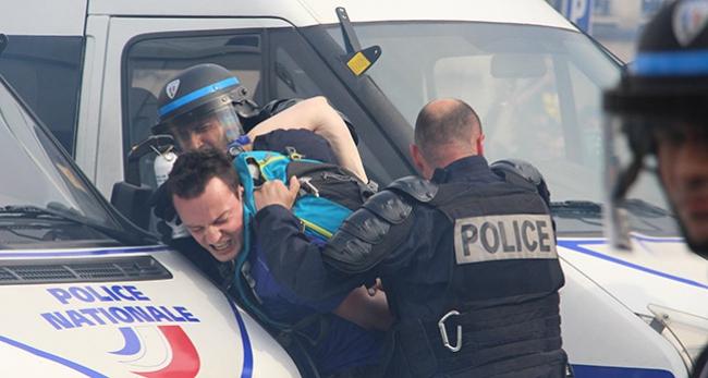 Fransa'da yüzbinlerce kişi sokaklara döküldü