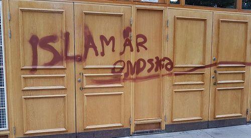 """Çirkin saldırı: Caminin kapısına """"İslam kötülük dinidir"""" yazıldı"""