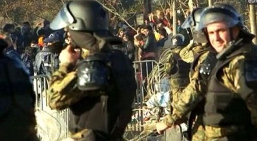 Yunan Polisi aç kalan mültecilerin yürüyüşüne müdahale etti