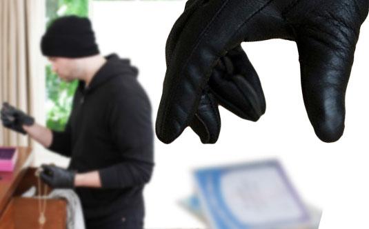 İskeçe'de güpegündüz hırsızlık: Arabasına binen kadına saldırdılar